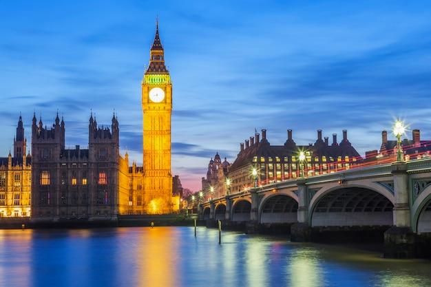 Биг бен и здание парламента в ночное время, лондон, соединенное королевство Бесплатные Фотографии
