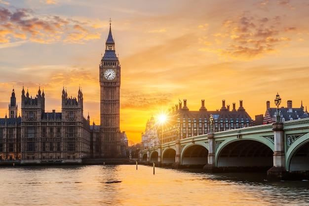 Биг бен и вестминстерский мост на закате, лондон, великобритания Бесплатные Фотографии