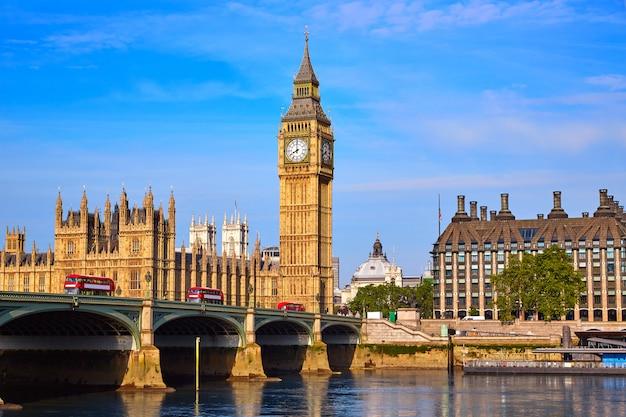 Биг бен часовая башня и река темза лондон Premium Фотографии