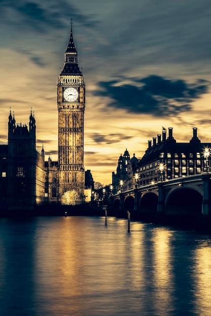 日没時のロンドンのビッグベン時計塔、特別な写真処理。 無料写真