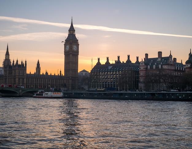 Биг бен в лондоне от реки темзы. Premium Фотографии
