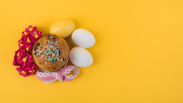 Big easter cake with eggs and flowers Free Photo
