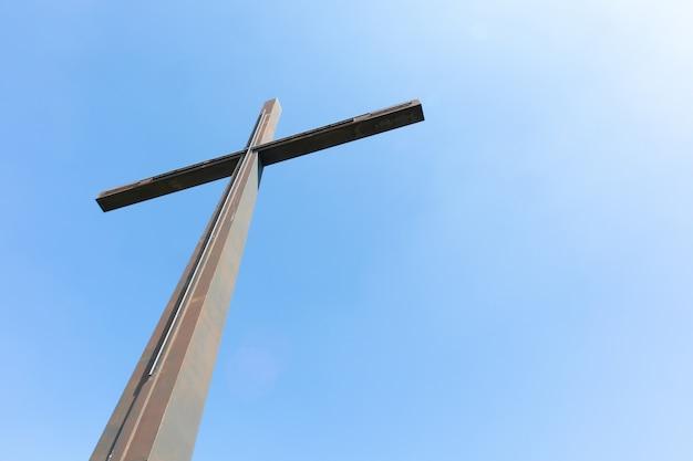 Большой металлический крест и чистое небо - понятие религии Бесплатные Фотографии