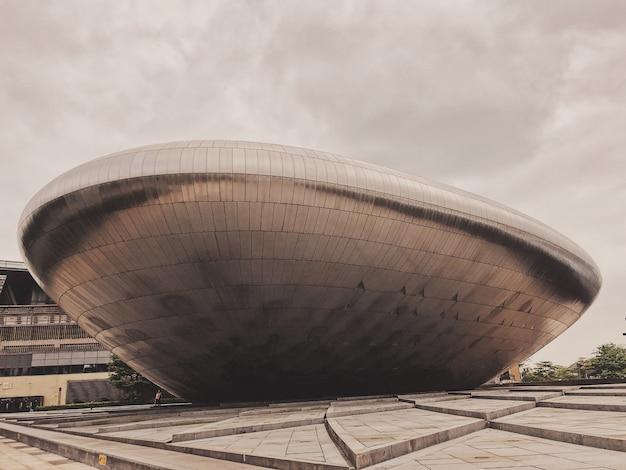 Grande struttura metallica nel mezzo di una città moderna Foto Gratuite