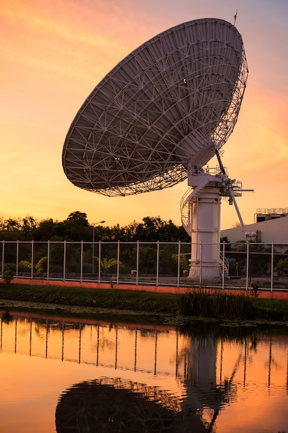 Big satelite dish at dusk with water reflection Premium Photo
