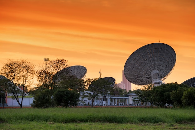 Big satelite dishes with twilight sky Premium Photo