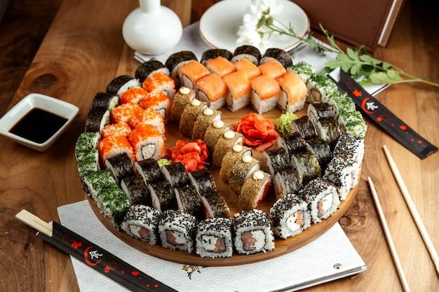 Big sushi set philadelphicalifornimidori makki e hot rolls a bordo a bordo Foto Gratuite