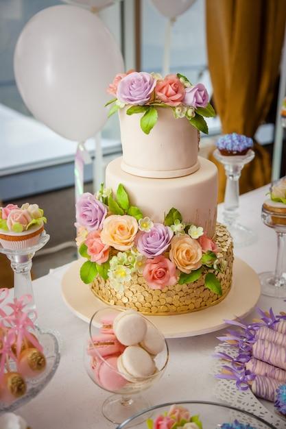 Big sweet multilevel wedding cake decorated with flowers Premium Photo