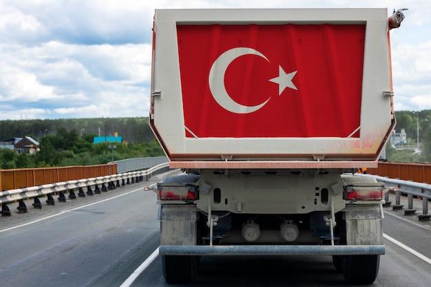 Большой грузовик с национальным флагом турции движется по шоссе, Premium Фотографии