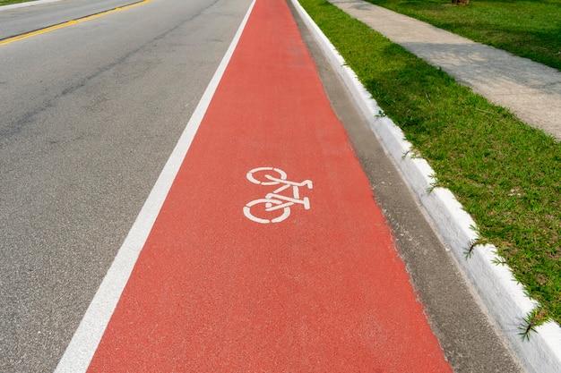 바닥에 자전거 간판과 자전거 경로 프리미엄 사진