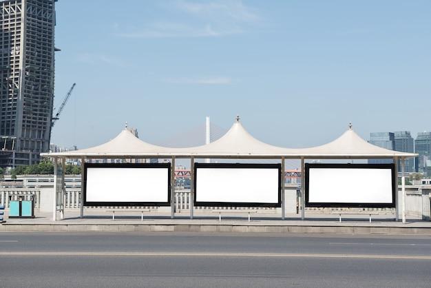 Рекламный щит, баннер, пустой, белый на автобусной остановке Premium Фотографии