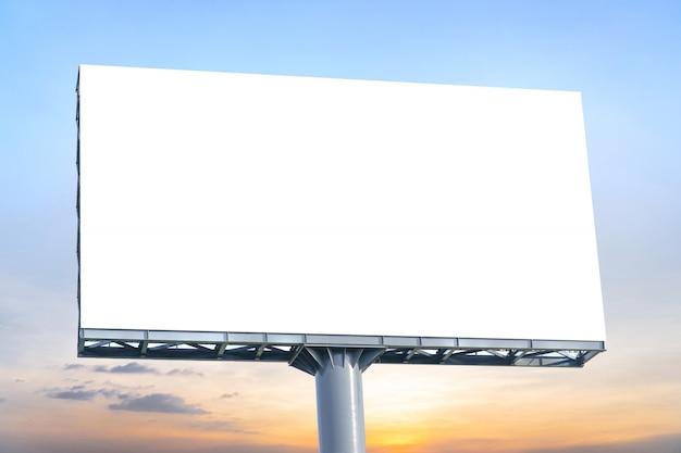 Billboard - большой пустой рекламный щит с пустым экраном Premium Фотографии