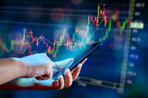 График финансового роста глобальных коммуникаций binary smart phones и мировой интернет бизнесмены нажимают на телефон, чтобы общаться в интернете Premium Фотографии