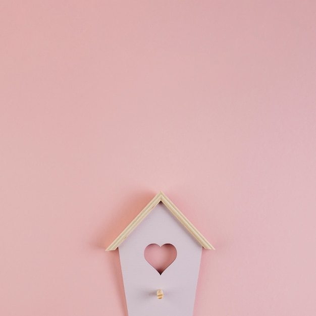 Birdhouseの形の壁のキーフック 無料写真