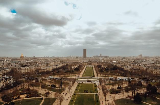 흐린 날씨 동안 프랑스 파리의 조감도 샷 무료 사진