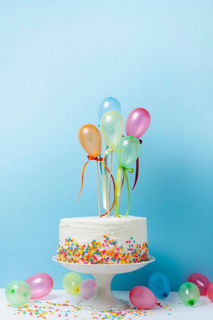 Birthday arrangement with delicious cake Free Photo
