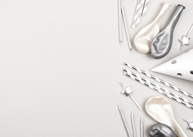 Плоская планировка с воздушными шарами и соломинками на день рождения Premium Фотографии