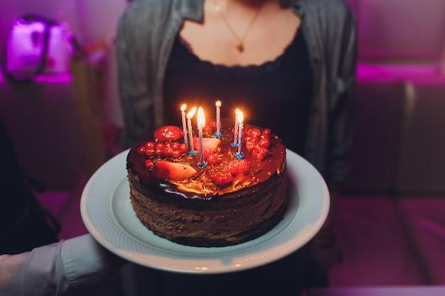 생일 케이크 촛불, 밝은 조명 Bokeh. 프리미엄 사진