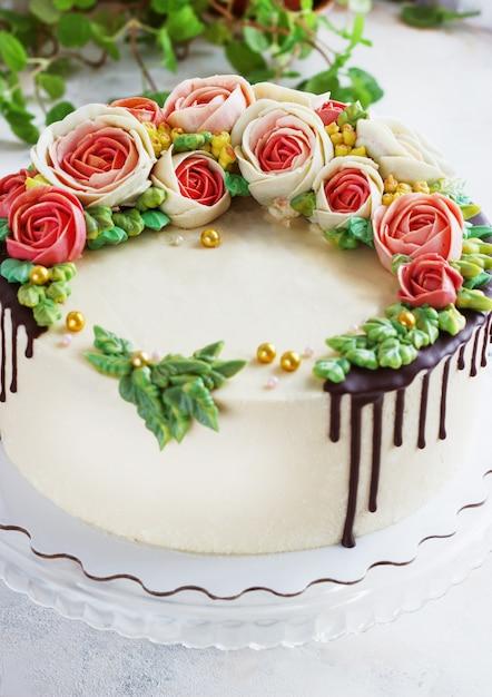 Birthday cake with flowers rose on white Premium Photo