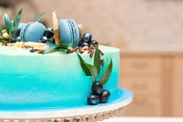 Именинный торт с французским миндальным печеньем и черникой. Premium Фотографии