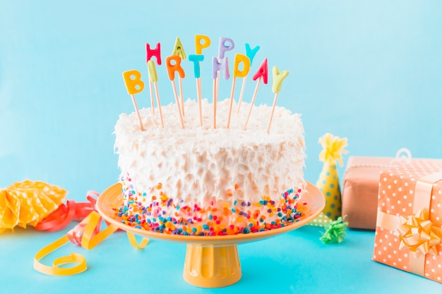 선물 및 파란색 배경에 액세서리 생일 케이크 무료 사진