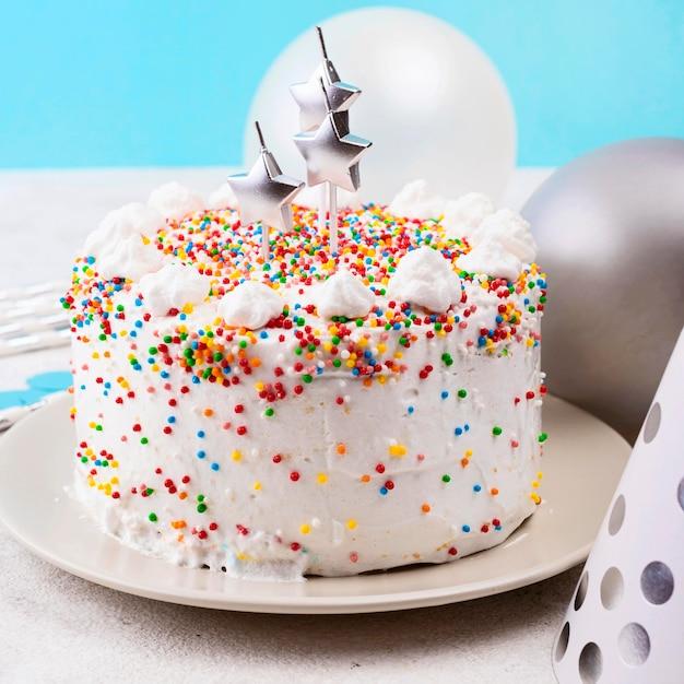 ハイアングルを振りかけるバースデーケーキ 無料写真