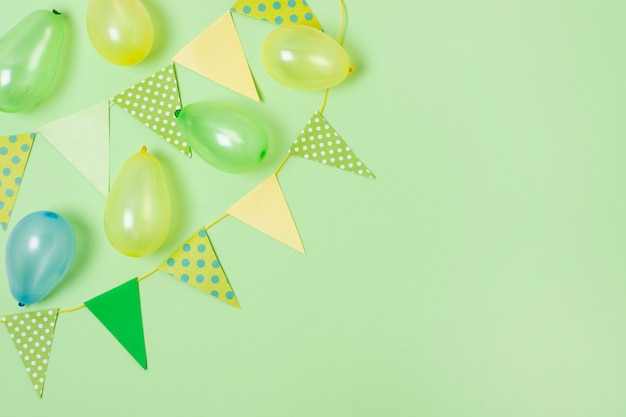 Birthday decoration on green background with copy space Free Photo
