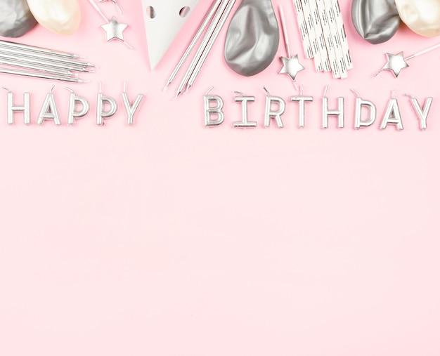 Decorazioni di compleanno su sfondo rosa Foto Gratuite