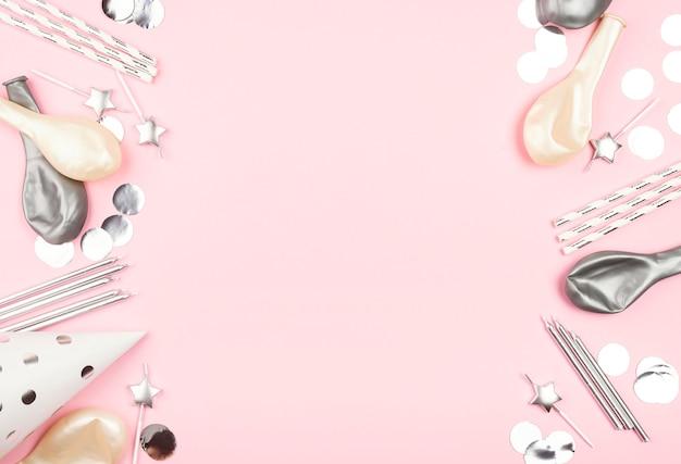 Элементы дня рождения на розовом фоне Premium Фотографии