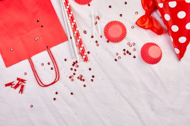 誕生日フラットレイアウト、平面図、コピー、テキスト、フレーム、または背景に赤いお祭りのアイテム、パーティーハット、鯉のぼり、誕生日またはパーティーのグリーティングカード。 Premium写真