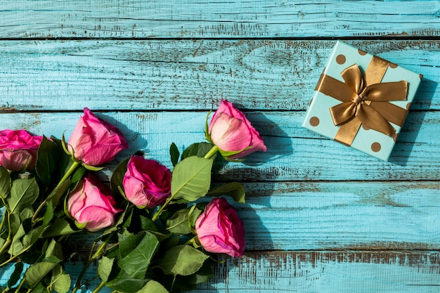 Birthday gift and bouquet of flowers Free Photo