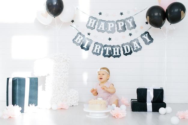 포토존에 앉아 울고있는 생일 소녀 1 년 프리미엄 사진