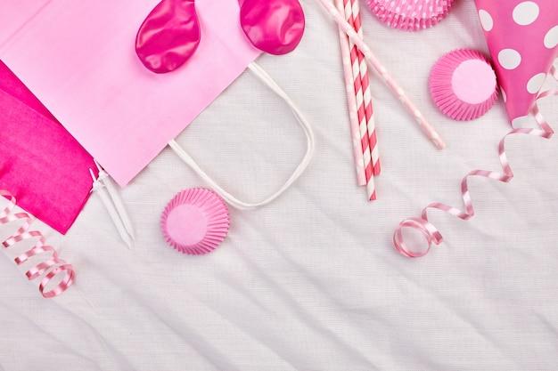 誕生日の女の子フラットレイアウト、平面図、コピー、テキスト、フレーム、またはピンクのフェスティバルアイテム、パーティーハット、ストリーマー、誕生日またはパーティーのグリーティングカードの背景。 Premium写真