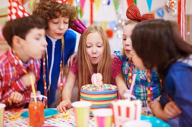 La festa di compleanno non si può fare senza la torta con la candela Foto Gratuite