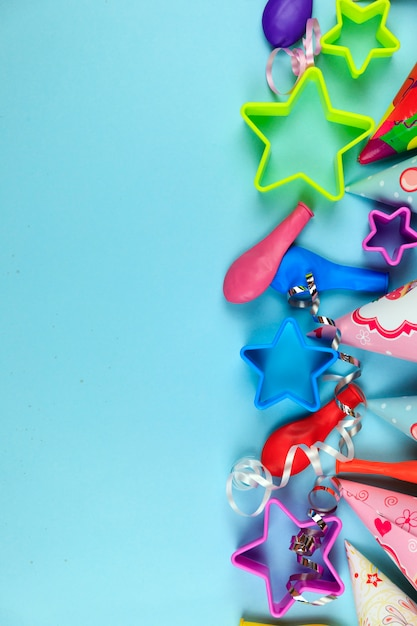 Birthday party caps, balloon and stars on blue background. Premium Photo