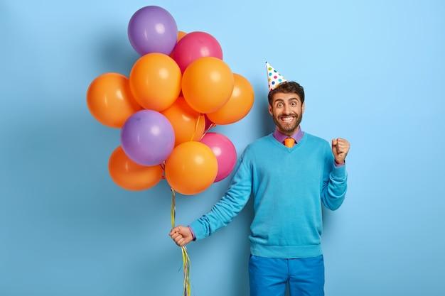 생일 파티 개념. 긍정적 인 사람이 행복으로 주먹을 움켜 쥔다 무료 사진