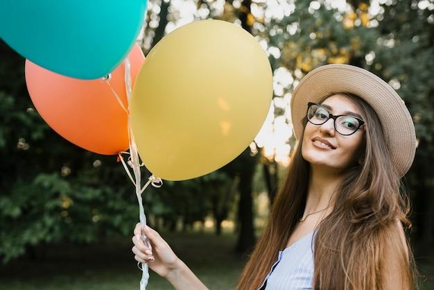 カメラ目線の帽子の誕生日女性 無料写真