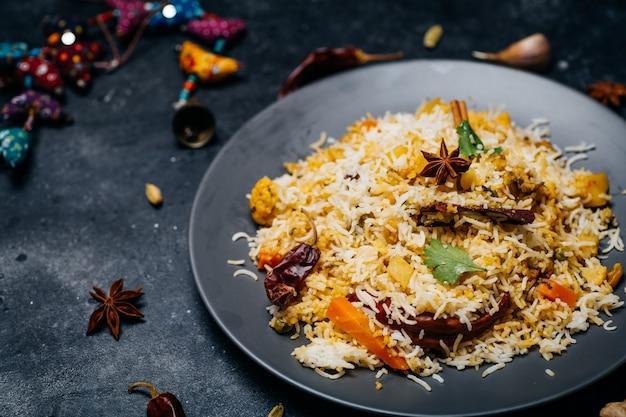 Рис бирьяни (овощной бирьяни). индийский рис басмати, овощи карри и специи. индийская кухня Premium Фотографии