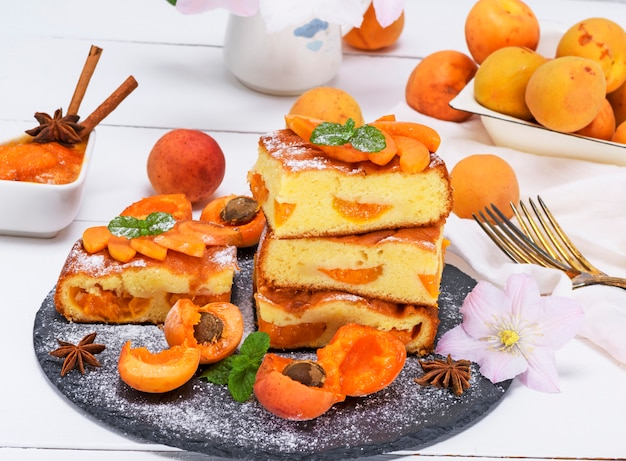 Biscuit pie with apricots Premium Photo