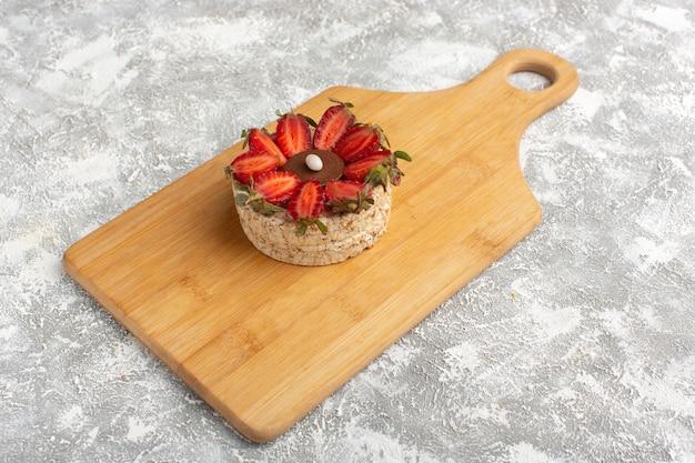 Бисквит с клубникой на деревянном столе Бесплатные Фотографии