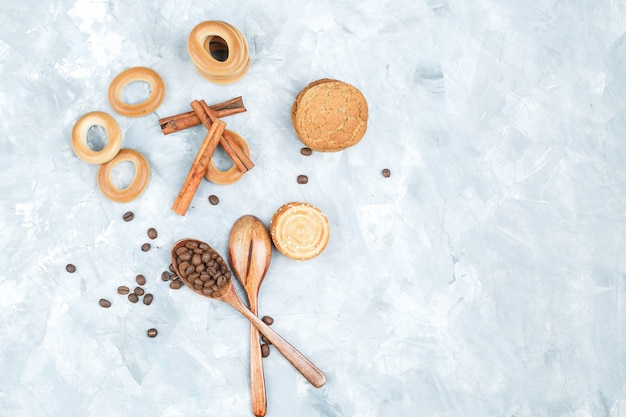 Biscuits with coffee beans on grungy background Free Photo