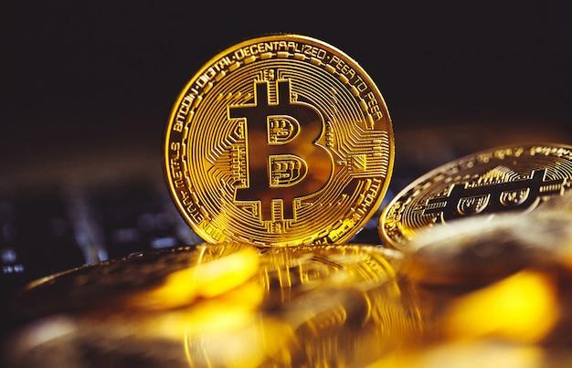 Биткойн монеты на клавиатуре ноутбука. криптовалюта. Premium Фотографии