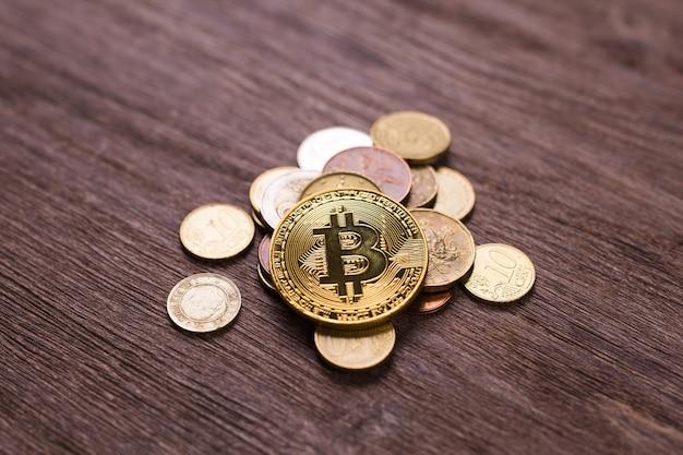 Биткойн на монетах разных стран. цифровая платежная система. цифровая монета крипто-деньги на биткойн-ферме в цифровом киберпространстве. Premium Фотографии