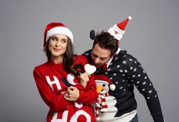 クリスマスのクッキーと奇妙なカップル 無料写真