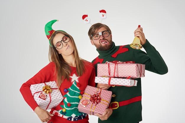 クリスマスプレゼントと奇妙なカップル 無料写真