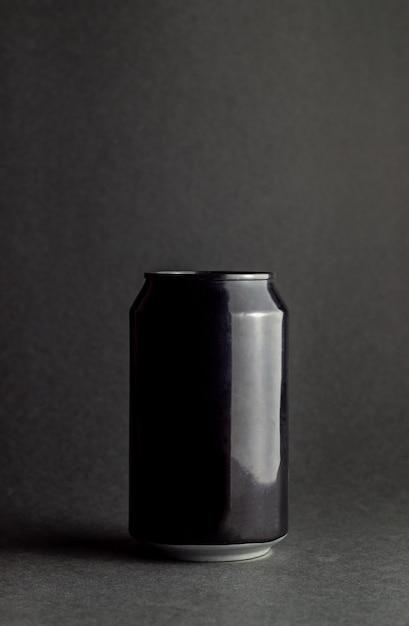Черный алюминий может на черном фоне. макет. Premium Фотографии