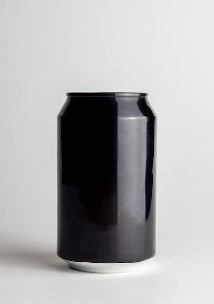 Черный алюминий может на белом фоне. макет. Premium Фотографии