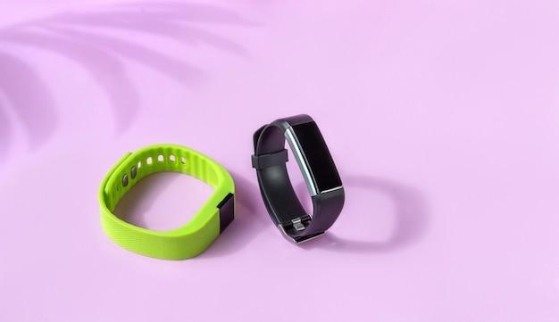 黒と緑のフィットネス健康時計、スポーツブレスレット Premium写真
