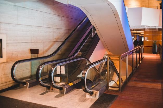 Черный и серебристый эскалатор в здании Бесплатные Фотографии