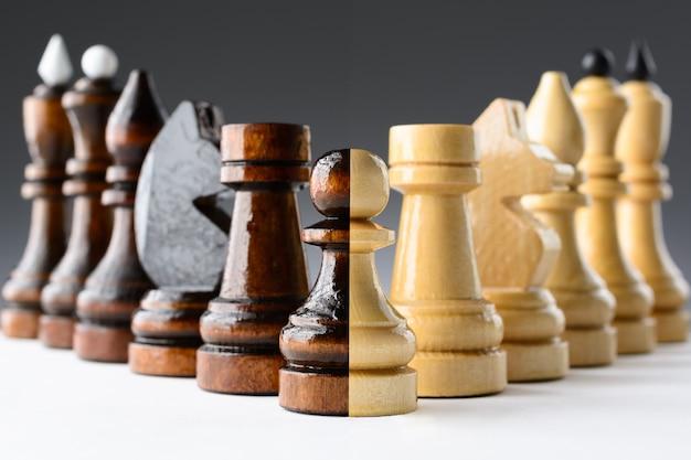 テーブルの上の黒と白のチェスの駒 Premium写真